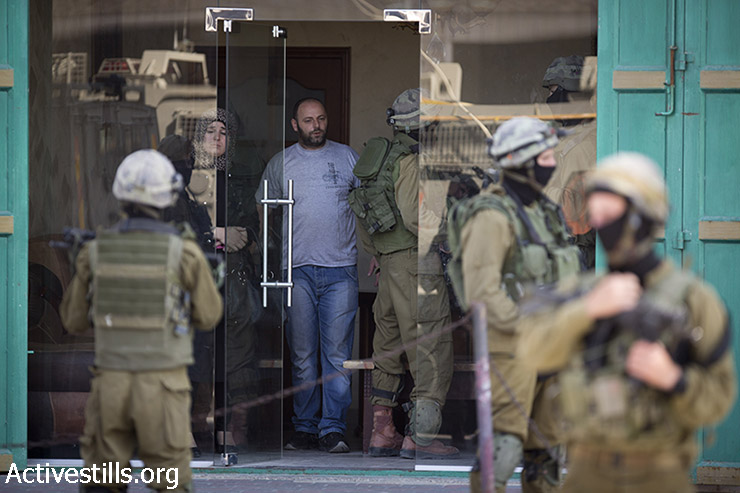 חיילים פולשים לחנות פלסטינית בחברון לבצע חיפוש. (אורן זיו/אקטיבסטילס)