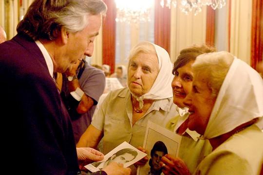 אמהות כיכר מאי עם הנשיא הארגנטינאי לשעבר, נסטור קירשנר (Loco085 CC BY 2.0)