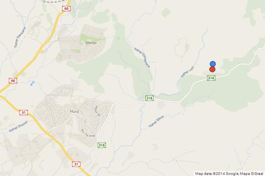 באדום: הכפר אום אלחיראן, בכחול: היישוב המתוכנן חירן. (צילום מסך מתוך גוגל מפס)