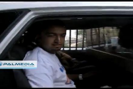 אחד מהעיתונאים הפלסטינים המעוכבים בניידת משטרה (צילום מסך: פל-מדיה)