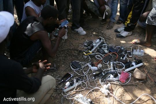 עמדת הטענת טלפונים במחנה המחאה (אורן זיו / אקטיבסטילס)