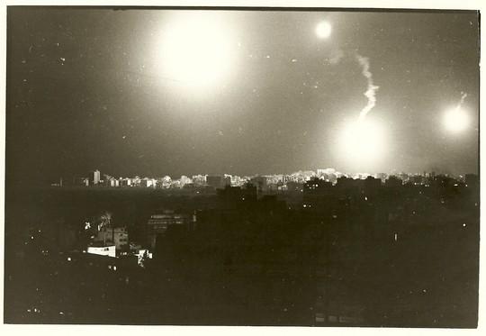 פצצות תאורה ישראליות מעל מערב ביירות, 1982 (צילום: ענת סרגוסטי)
