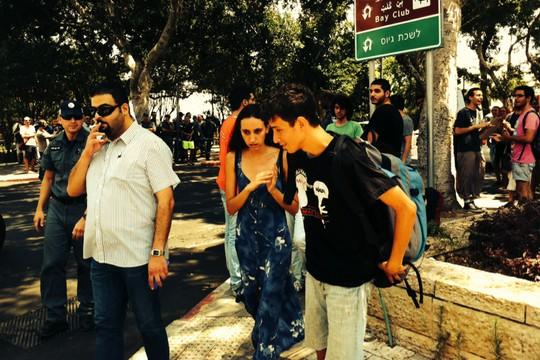 אודי סגל לפני הכניסה ללשכת הגיוס בחיפה, שם סירב להתגייס. (צילום: מוריאל רוטמן-זכר)