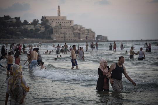 משפחות פלסטיניות מהגדה המערבית רוחצות בים של יפו, רמדאן 2013 (אורן זיו / אקטיבסטילס)