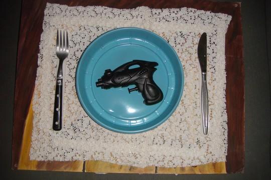 האקדח על שולחן מטבח (יצירה וצילום: שני מזלי)