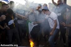 צעירים שורפים דגל פלסטין (אקטיבסטילס)