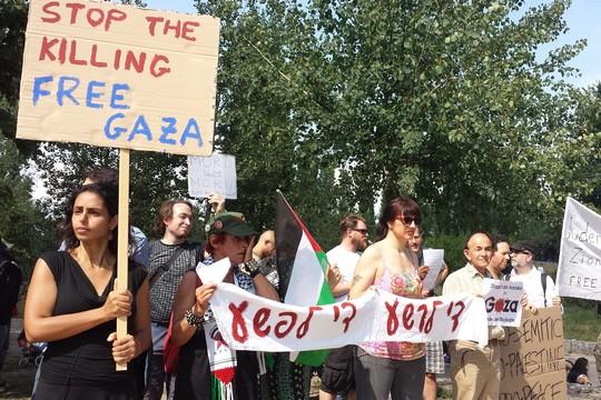 """""""עצרו את ההרג שחררו את עזה"""". הפגנה פלסטינית ישראלית משותפת למען צדק בעזה, ברלין 27.7.2014. (צילום: אינה מיכאלי)"""
