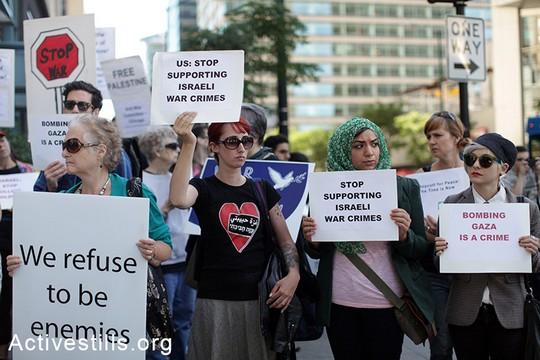 הפגנה מול הקונסוליה הישראלית בשיקגו נגד המתקפה הישראלית בעזה (אקטיבסטילס)