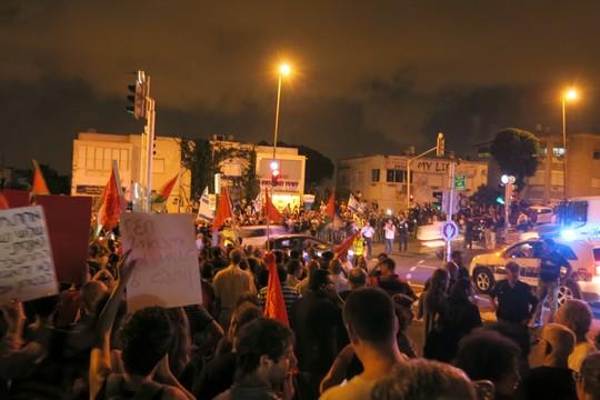 הפגנת השמאל בחיפה, לפני שהכהניסטים התחילו לזרוק אבנים (צילום: רנן)