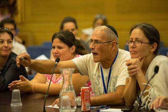 """פעיל קבוצת """"המעברה"""" יהודה פרץ  צועק שכמו פעם גם היום לא מתייחסים למזרחים (צילום: נטע ריבקין פנטון)"""