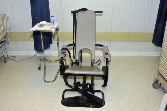 כיסא הזנה בכפיה (צילום:Brian Godette US ARMY)