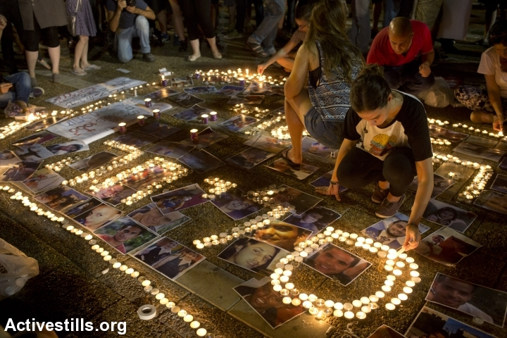מדליקים נרות בכיכר רבין לזכר קורבנות המבצע בעזה, 26.7.2014 (צילום: אקטיבסטילס)