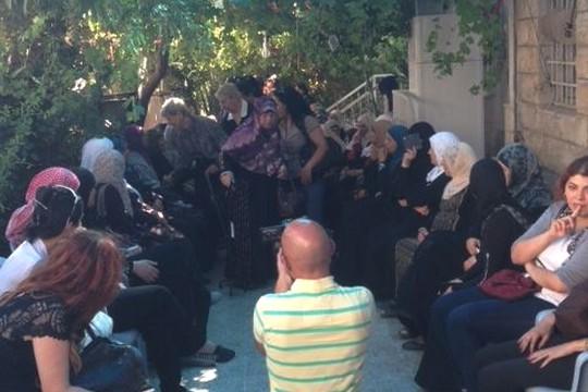 נשים בסוכת אבלים בבית משפחתו של מוחמד אבו ח'דיר (צילום: מעין דק)