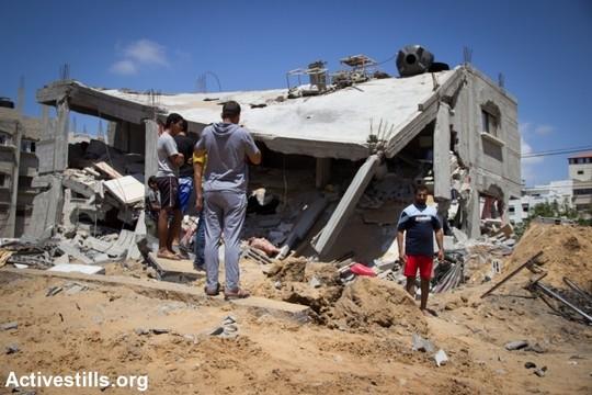 """עזה, בית שנהרס בהפצצות ישראל. """"צוק איתן"""" (צילום: באסל יאזורי/אקטיבסטילס)"""