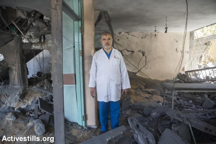 רופא עומד בהריסות מרפאתו, עזה (אן פאק / אקטיבסטילס)