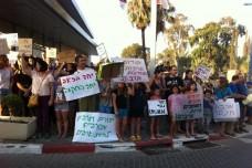 """הפגנה נגד גזענות בפרדס חנה: """"אתם לא תצודו אנשים"""""""