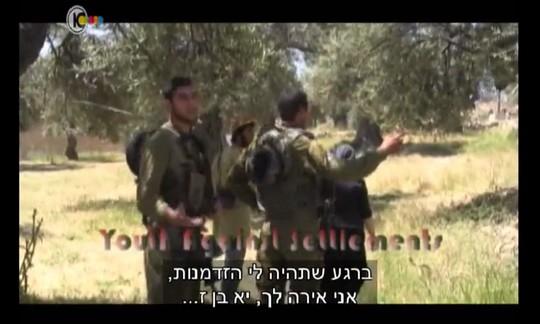 """חיילים עונים לעיסא בסרטון שצילמו פעילי """"צעירים נגד התנחלויות"""". צילום מסך מתוך התוכנית """"המגזין"""", ערוץ 10"""