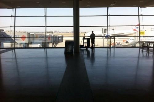 קצת מחשבות אופטימיות בשדה תעופה כמעט ריק