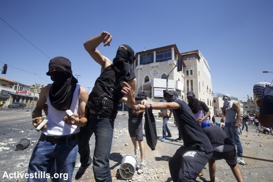 צעירים זורקים אבנים על שוטרים, שועפאט (אקטיבסטילס)