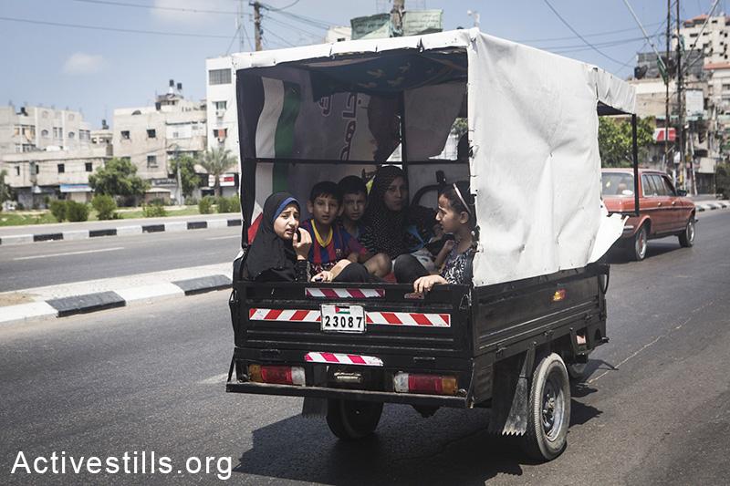 תושבים בורחים משג'עיה בעקבות פלישה של טנקים ישראלים לשכונה. הפצצות כבדות הביאו ל-60 הרוגים ומאות פצועים. עזה, 20 יולי 2014. (באסל יאזורי/ אקטיבסטילס)