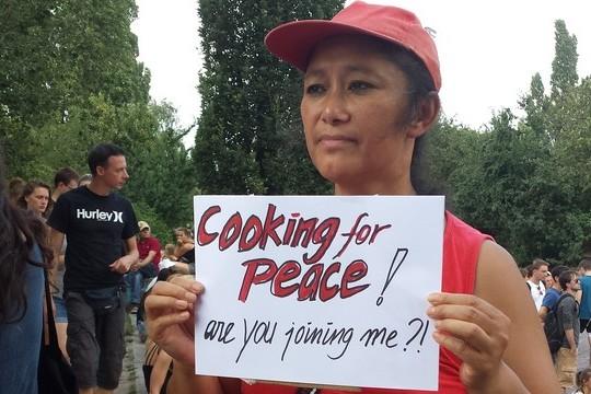 """""""מבשלת לשלום אתם מצטרפים אלי?"""" הפגנה פלסטינית ישראלית משותפת למען צדק בעזה, ברלין 27.7.2014. (צילום: אינה מיכאלי)"""