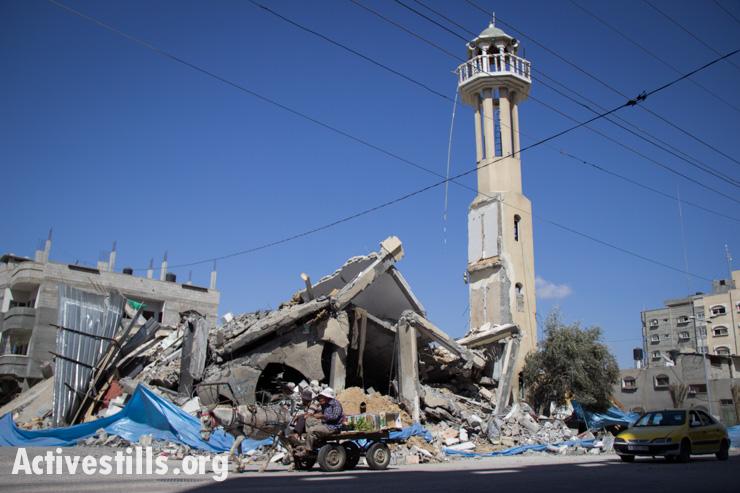מסגד פארוק במחנה הפליטים אנ-נוסרייאט נראה לאחר שנפגע בהפצצה הישראלית, עזה, ה-14 ליולי, 2014. אן פאק/אקטיבסטילס