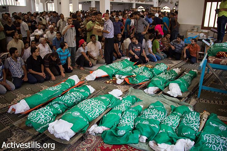 אבלים ממלאים את המסגד במהלך ההלוויה של 26 מבני משפחת אבו ג'מעה. (באסל יאזורי/אקטיבסטילס)
