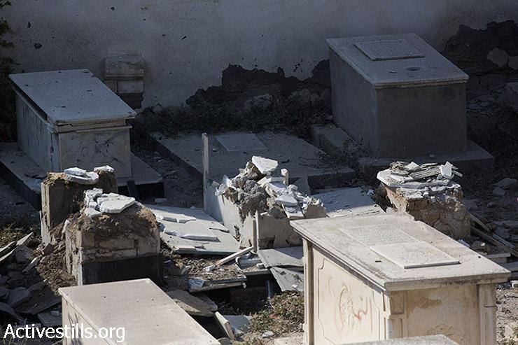 הנזקים שנגרמו על ידי התקפה ישראלית על בית הקברות שליד כנסיית סנט-פורפיריוס במרכז העיר עזה, שם עשרות רבות של פלסטינים מוצאים מקלט. במתקפה הנוכחית של ישראל נהרגו 620 פלסטינים בעזה, ונפצעו יותר מ- 3,700 רובם אזרחים. (אן פאק/אקטיבסטילס)