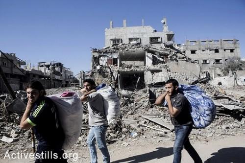 תושבי עזה הולכים עם רכושם בשכונת שג'אעיה בעיר עזה. (אן פאק / אקטיבסטילס)