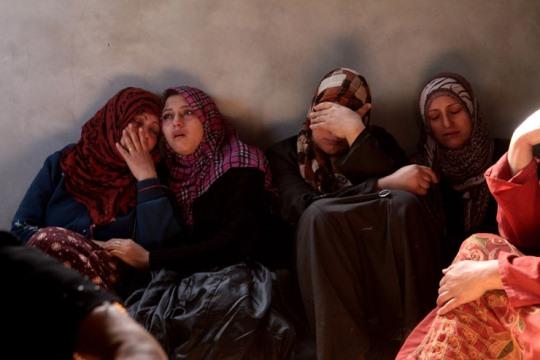 נשים מג'בליה מתאבלות על מותו של מוחמד סדלח, בן 4, במהלך מבצע עמוד ענן, 16.11.2014 (צילום: אנה פק, אקטיבסטילס)