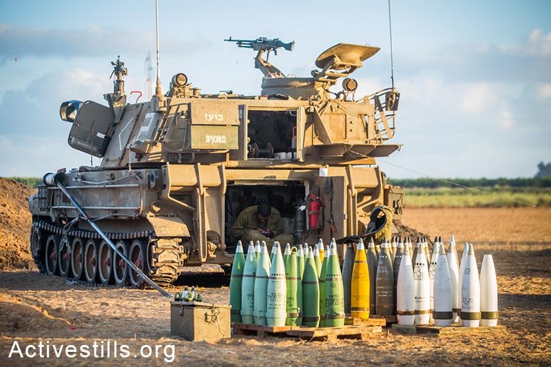 תותחים ישראליים ופגזים מוצבים על גבול ישראל-עזה, ה-16 ליולי, 2014. (יותם רונן / אקטיבסטילס)
