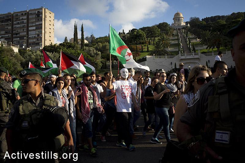 פלסטינים תושבי ישראל מפגינים המתקפה בעזה, חיפה, ה-18 ליולי, 2014. 28 מפגינים נעצרו על ידי מג״ב. (אורן זיו/אקטיבסטילס)