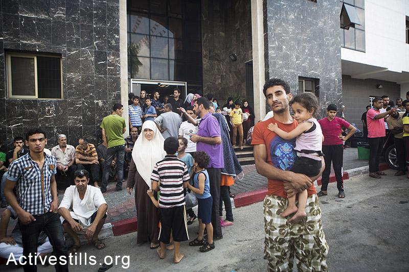 מאות פליטים משכונת שג׳עיה נאספים מחוץ לבית החולים אל-שיפא לאחר שברחו מהפצצות הצבא שהרגו יותר מ-100 פלסטינים. עזה, ה-20 ליולי, 2014. (אן פאק/אקטיבסטילס)