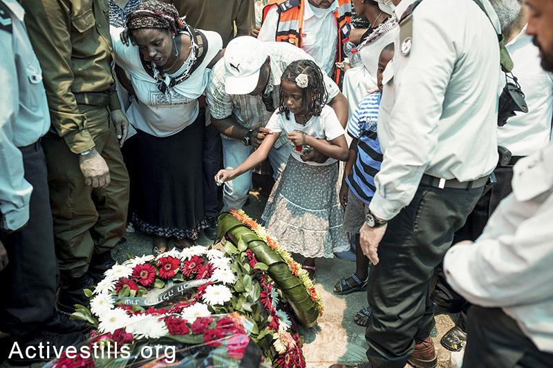 קרובי משפחה מתאבלים במהלך הלווית החייל בנאסיין קשאון. נתיבות, ה-22 ליולי, 2014. (יותם רונן/אקטיבסטילס)