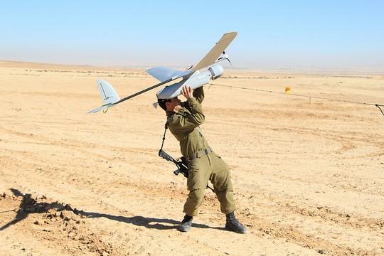 """חייל צה""""ל ומזל""""ט (IDF CC BY-NC 2.0)"""