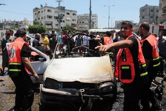 צוותי הגנה אזרחית מפנים רכב שנפגע בתקיפה אווירית ישראלית בצפון רצועת עזה, 10 ביולי 2014. (צילום: Joe Catron flickr CC BY-NC 2.0)
