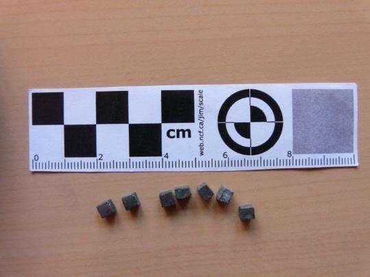 """קוביות מתכת שנורות מתוך פצצה של מל""""ט (כריס קוב-סמית')"""