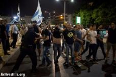 מפגיני ימין קיצוני נערכים להתקיף הפגנה נגד המלחמה בתל אביב (אורן זיו / אקטיבסטילס)