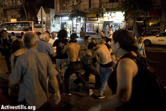 פשיסטים תוקפים מפגינים בקינג ג'ורג' (אורן זיו / אקטיבסטילס)