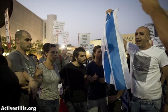 פשיסטים מול חומת הגנה, הבימה (אורן זיו / אקטיבסטילס)