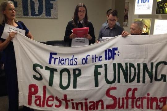 """פעילי JVP בפעולה ישירה נגד ארגון FIDF במחאה על תמיכתו במה""""ל"""