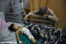 אב ובנו בבית חולים ברצועת עזה (באסל יאזורי / אקטיבסטילס)