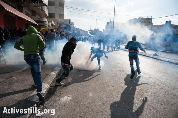 מפגינים בגדה המערבית מחזירים רימון גז ליורים (ריאן רודריק ביילר / אקטיבסטילס)
