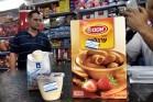 מדבקה שמסמנת מוצרים ישראלים בחנות ברמאללה (צילום: ג'סיקה דוואני, ג'אסט ויז'ן)