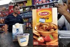 מדבקות מסמנות מוצרים ישראלים בחנות ברמאללה (צילום: ג'סיקה דוואני, Just Vision)