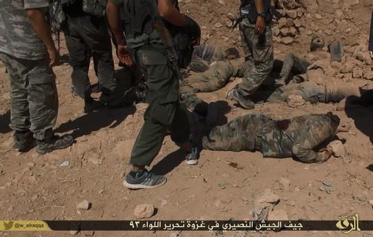 תמונת התפארות בהרג חיילים עיראקים (צילום: המדינה האסלאמית)