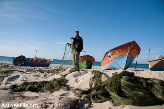 דייג בחוף הים בחאן יונס, דצמבר 2012 (ריאן רודריק ביילר/אקטיבסטלס)