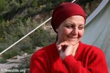 אישה על הריסות ביתה, בכפר וואלג'ה (קרן מנור / אקטיבסטילס)