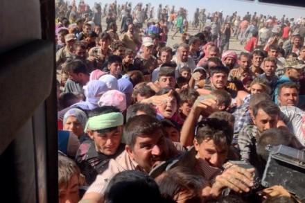 פליטים יזידיים מסתערים על מסוק סיוע עיראקי (מירזא חסן דינאי)