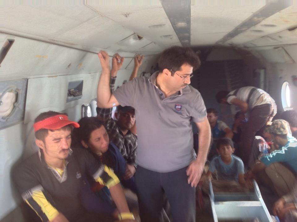 """ד""""ר מירזא חסן דינאי על מסוק הסיוע (באדיבות ד""""ר דינאי)"""
